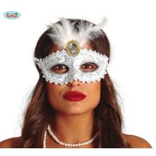 Bílá maska s broží a peřím
